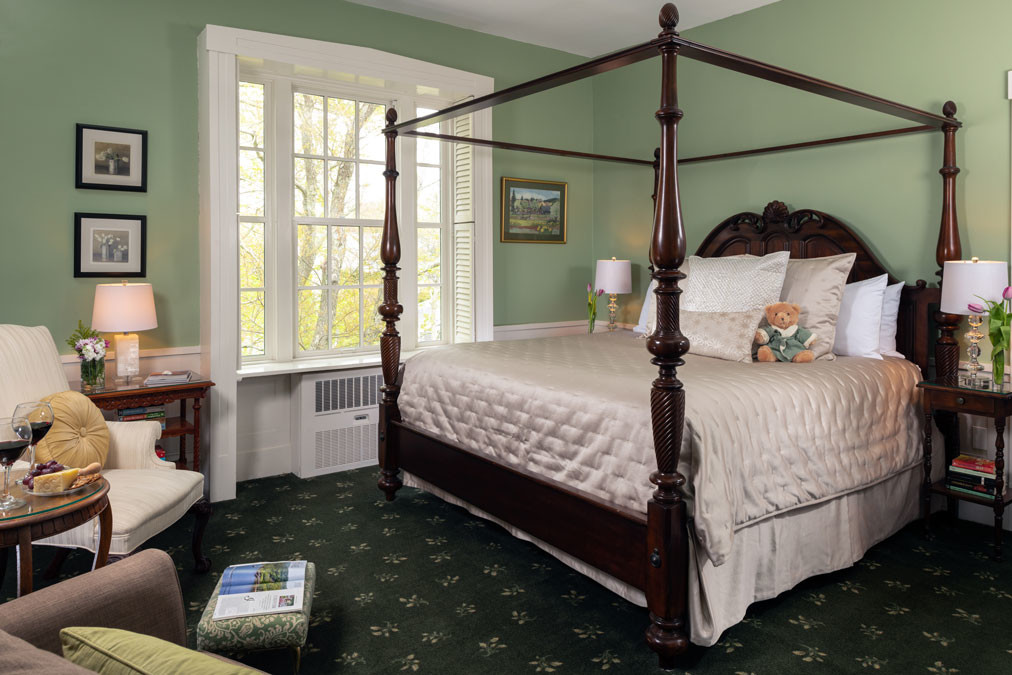 Guest-rooms-Canopy-room-Bed