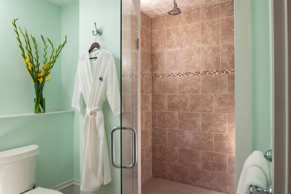 Guest-rooms-Robinson-room-Robe-Shower